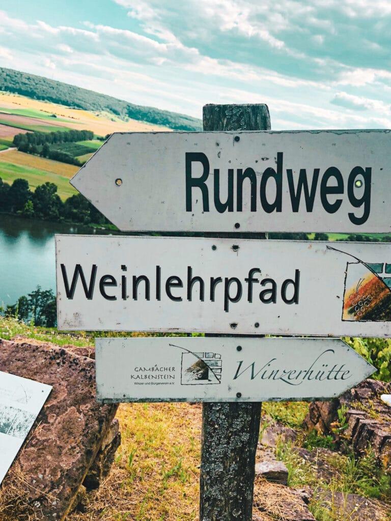 Weinlehrpfad und Winzerhütte in Gambach