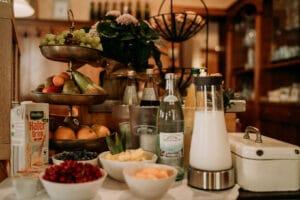 Frühstück, Breakfast, Saft, Hotel, Hotelzimmer, Gasthaus in Gemünden am Main, Karlstadt, Lohr, Main-Spessart, Unterfranken, Würzburg.