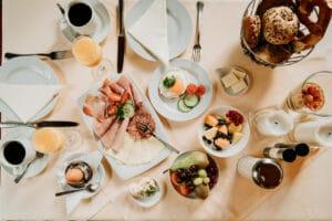 Frühstück, Breakfast frisch und fresh in Gemünden am Main mit Eierspeisen, Wurst und Käse.