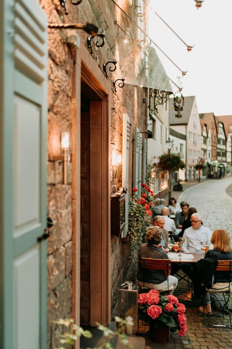Biergarten in der Altstadt von Gemünden am Main mit fränkischer Küche im fränkischen Gasthaus