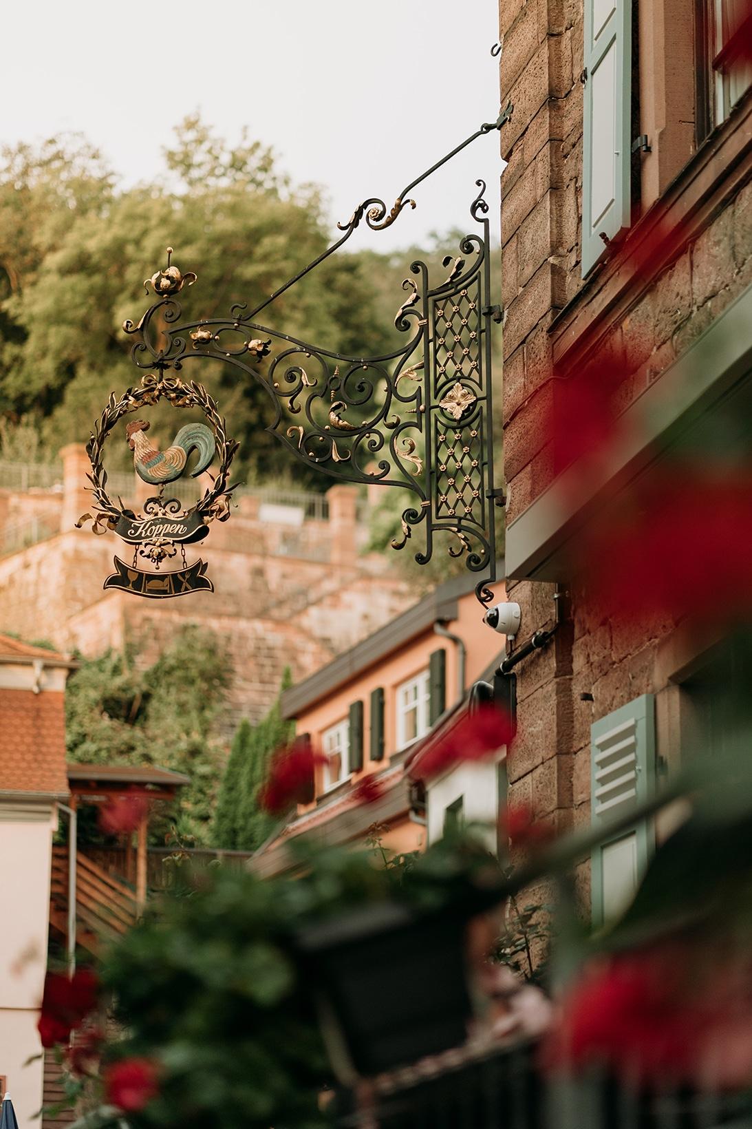 Fränkischer Gasthof & Hotel zum Koppen - Hahn Schild dunkel
