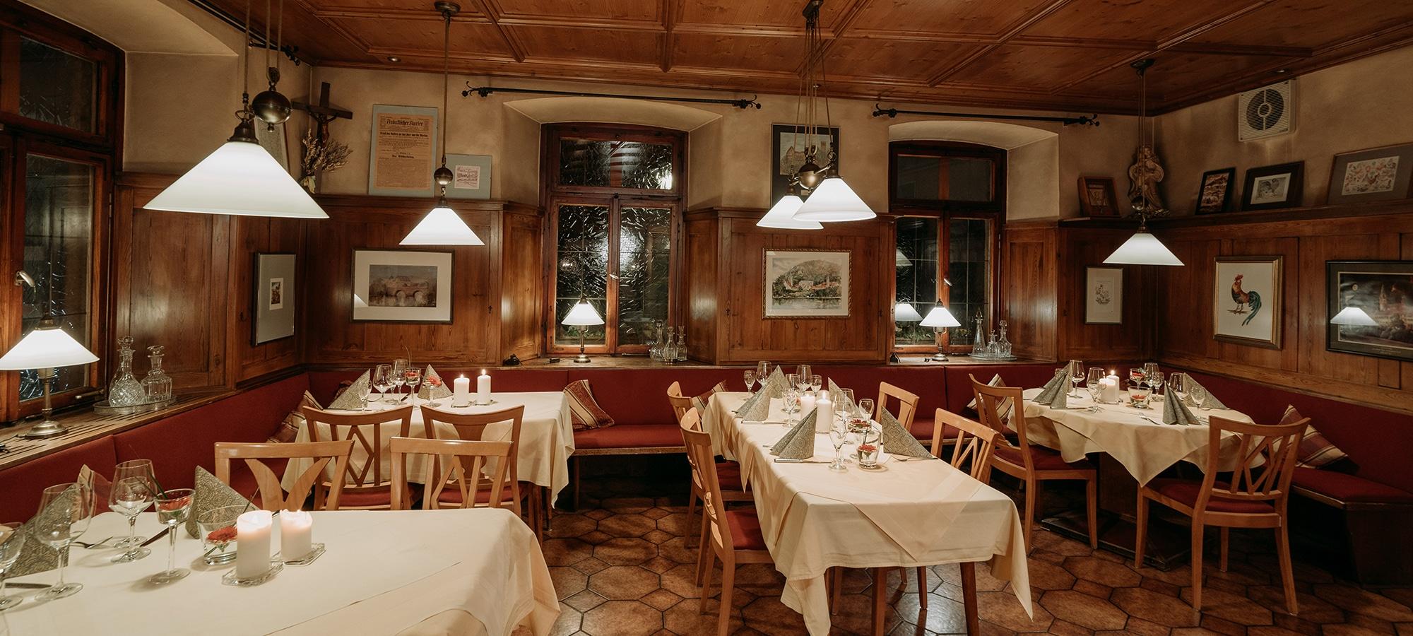 In unsere Gaststube im fränkischen Wirtshaus mit Holzvertäfelung bei Frankenwein und Augustiner Bier. Auch gleichzeitig unser Frühstücksraum.